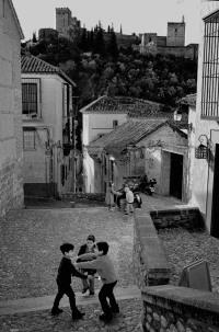 Junge, der gerade in Hundekacke getreten ist, wird gehänselt (Granada)