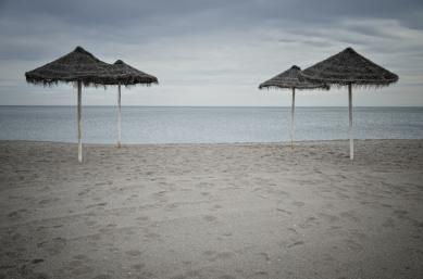Vier Schirme am Strand (Málaga)